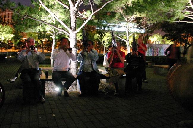 Старички играют на музыкальных инструментах Пекин