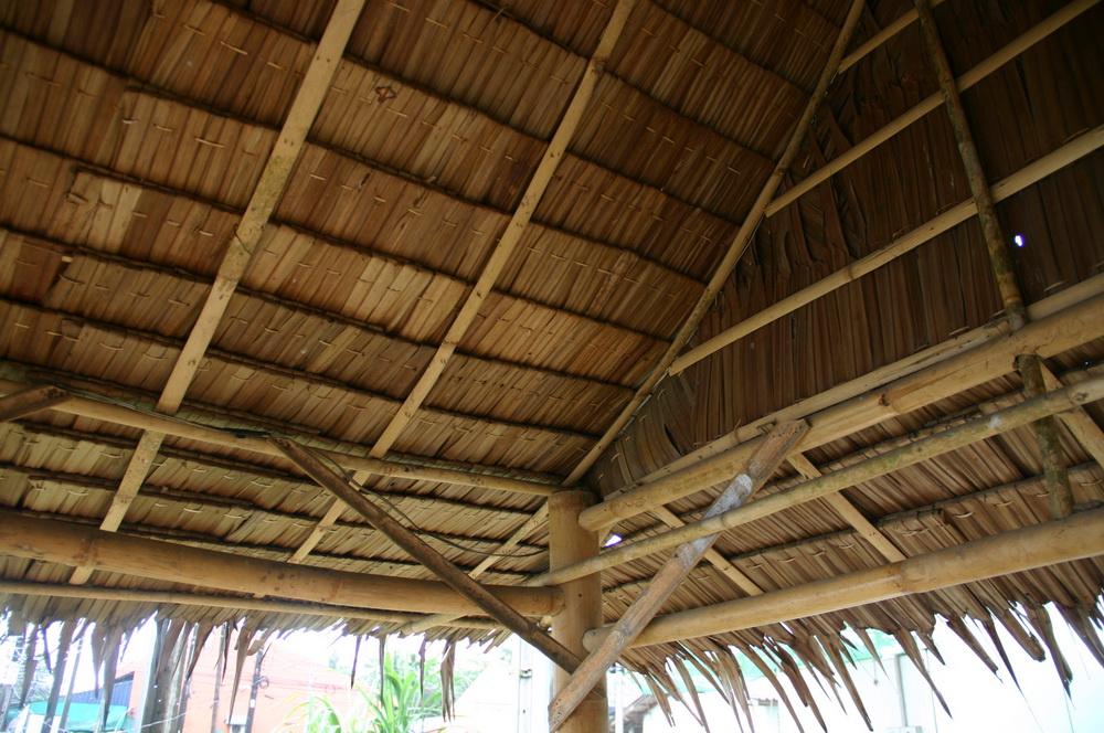 пережидаем дождь под соломенной крышей