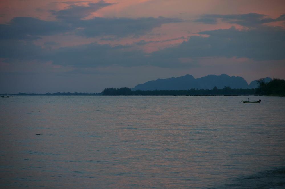 Закат на пляже Lamae