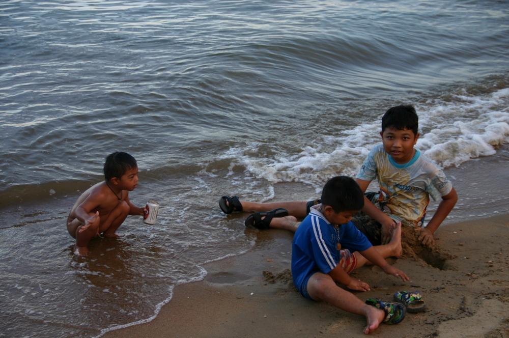 тайские дети на пляже Lamae