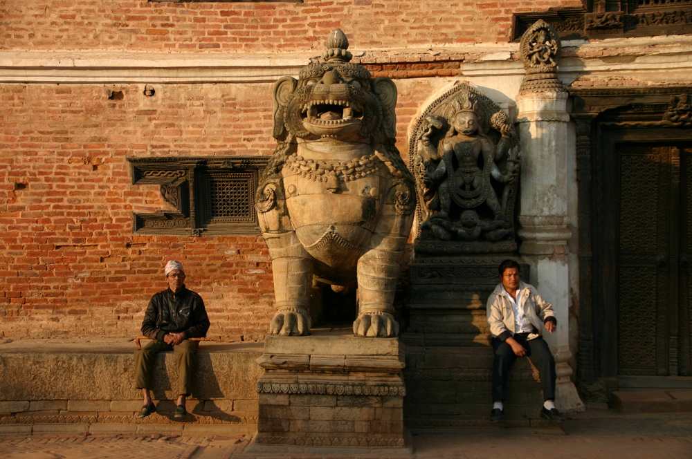 У королевского дворца Бхактапур