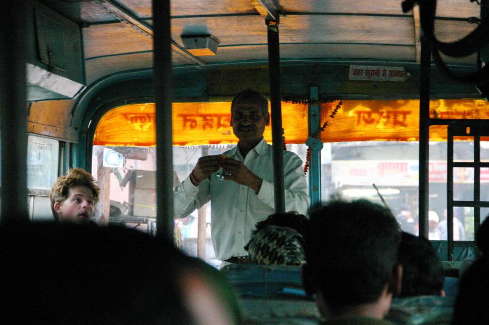 Продавец в автобусе Индия
